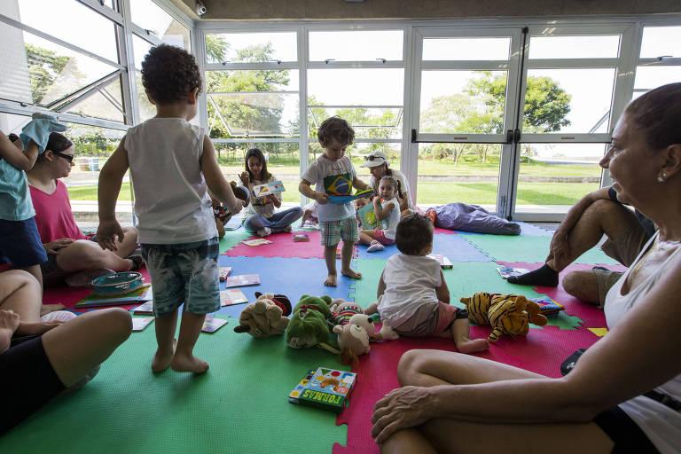 """A atividade """"Lê no Ninho"""", e voltada para bebes e criancas e procura aproximar-las da leitura e dos livros e foi realizada na biblioteca do Parque Villa Lobos"""
