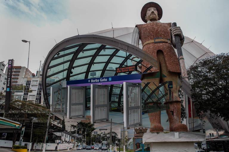 Estátua de Borba Gato com a Linha Lilás do metrô, que está inaugurada, mas não completa