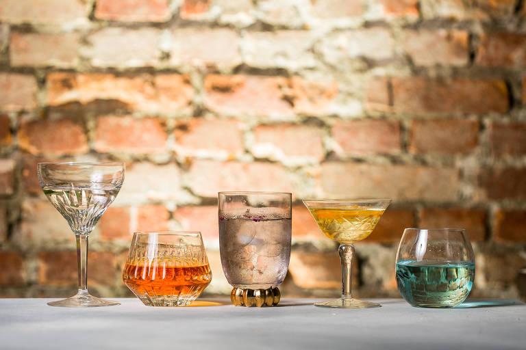 Taças com o destilado, que é usado para fazer gim-tônica no Sóshots & Gin Club