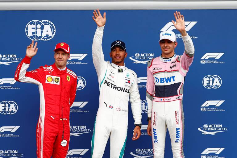 Lewis Hamilton comemora a pole no GP da Bélgica ao lado de Sebastian Vettel (esq.), em segundo, e Esteban Ocon (dir.), terceiro colocado
