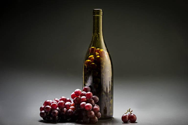 Produção feita com garrafa de vinhos e uvas
