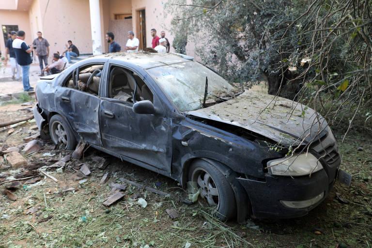 Carro danificado durante confrontos entre milícias rivais em Trípoli, na Líbia, em foto de 30 de agosto de 2018.